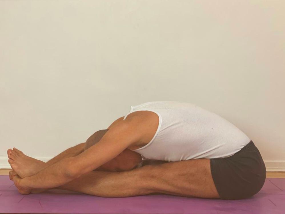 #paschimottanasana #robbieyiyengaryoga #yogablocks #yogaprops #yogachair #indianyogabolster #yogablanket #yogainforesthill #gryoga #iyengaryoga #staysafe #covid-19 #coronavirus #robertoyoga #graziayoga #restorativeyoga #yogaonline #livestreamyoga #yogalondon